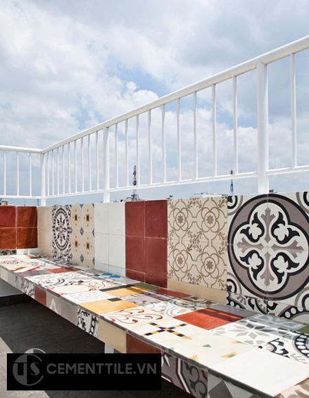 sử dụng gạch bông làm ghế ngồi sân thượng